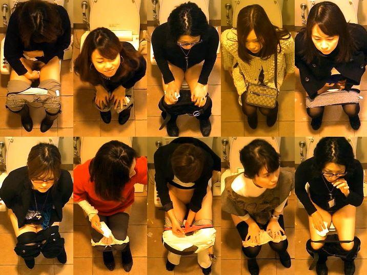 15352571 女性たちの洋式トイレ