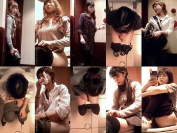 女子トイレ紀行 No.04 便座で体育座り!?(→丸見え♪)/全員外撮り5名収録!