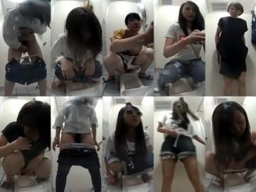 和式トイレでM字開脚の若い女性たち